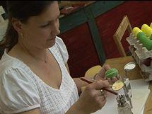 Hana Vranková si připravuje kontrastní barvu mastné křídy, aby mohla dokončit reliéfní vzor na kraslici.